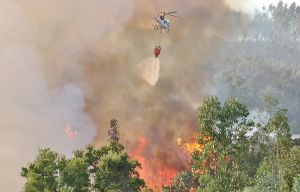 Helicóptero a combater incêndio