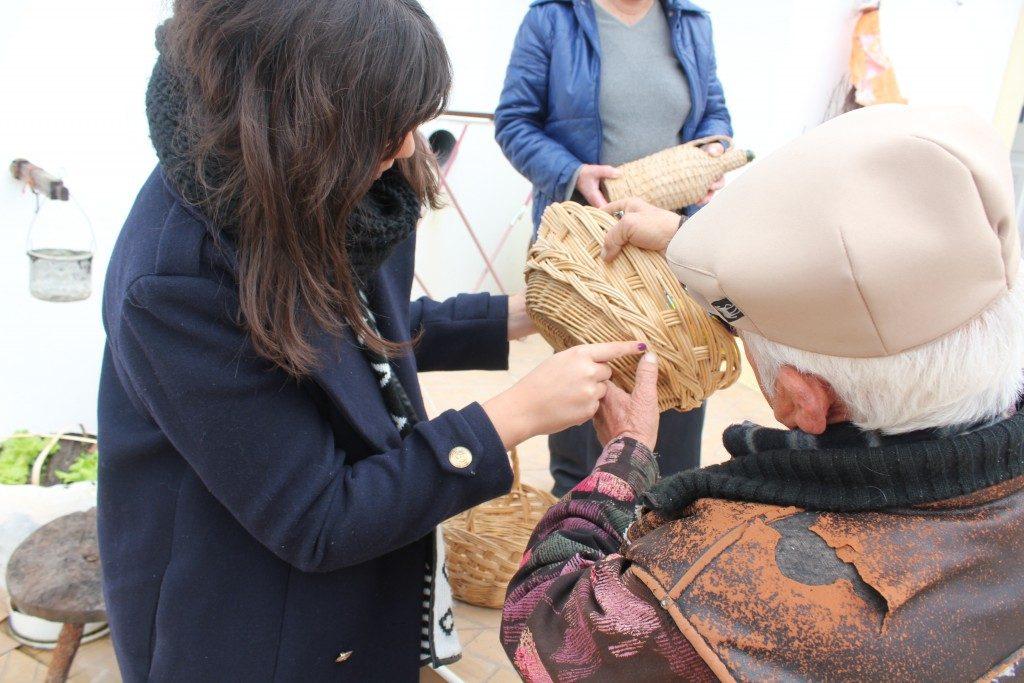 Designer Ana Rita Aguiar com o cesteiro António Ramos
