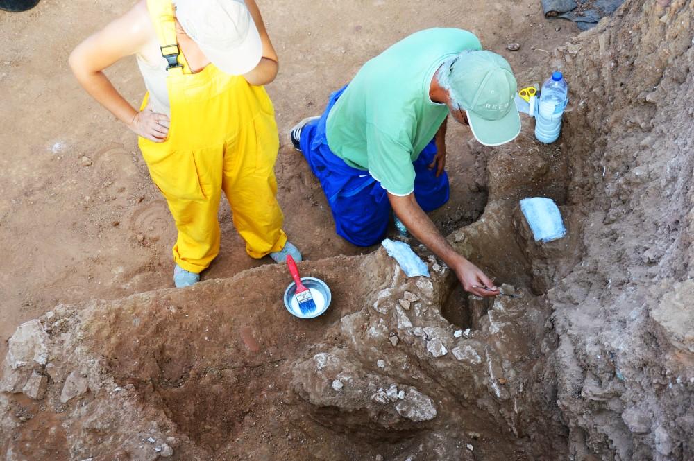 Técnicos de restauro a levantar os fragmentos de estuque
