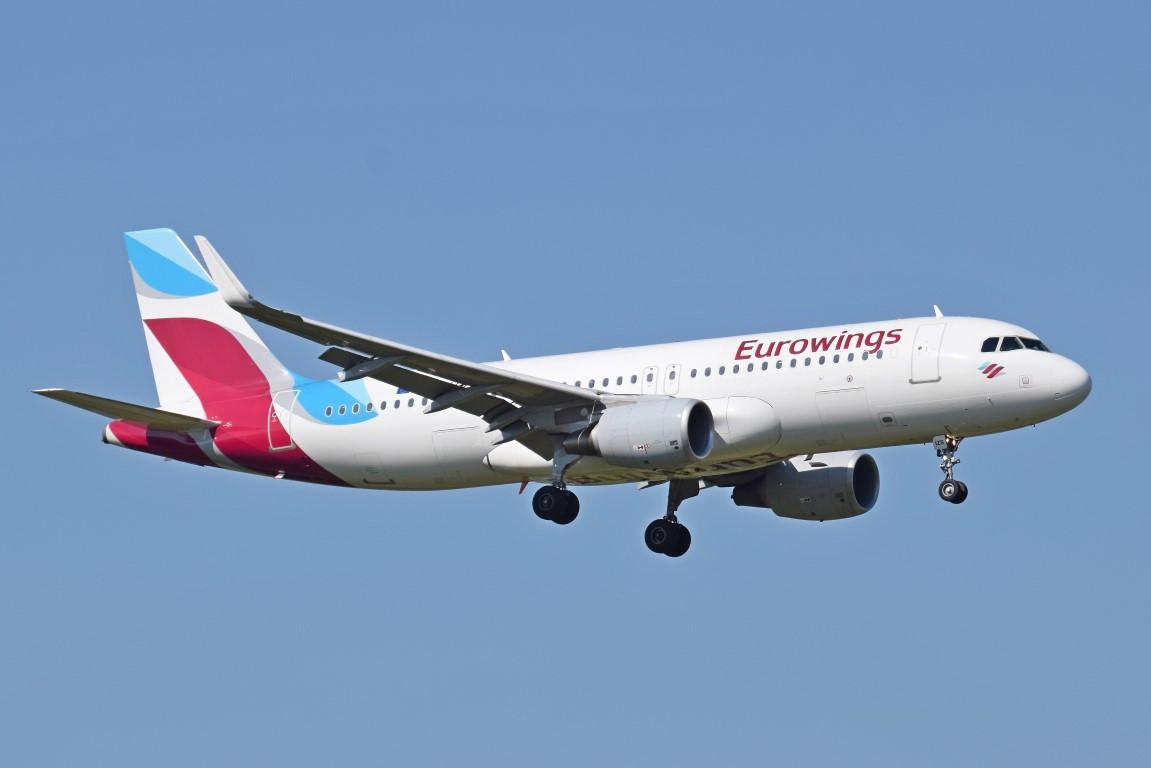 Eurowings_A320-200_(D-AIZS)_arrives_London_Heathrow_15Sep2015_arp