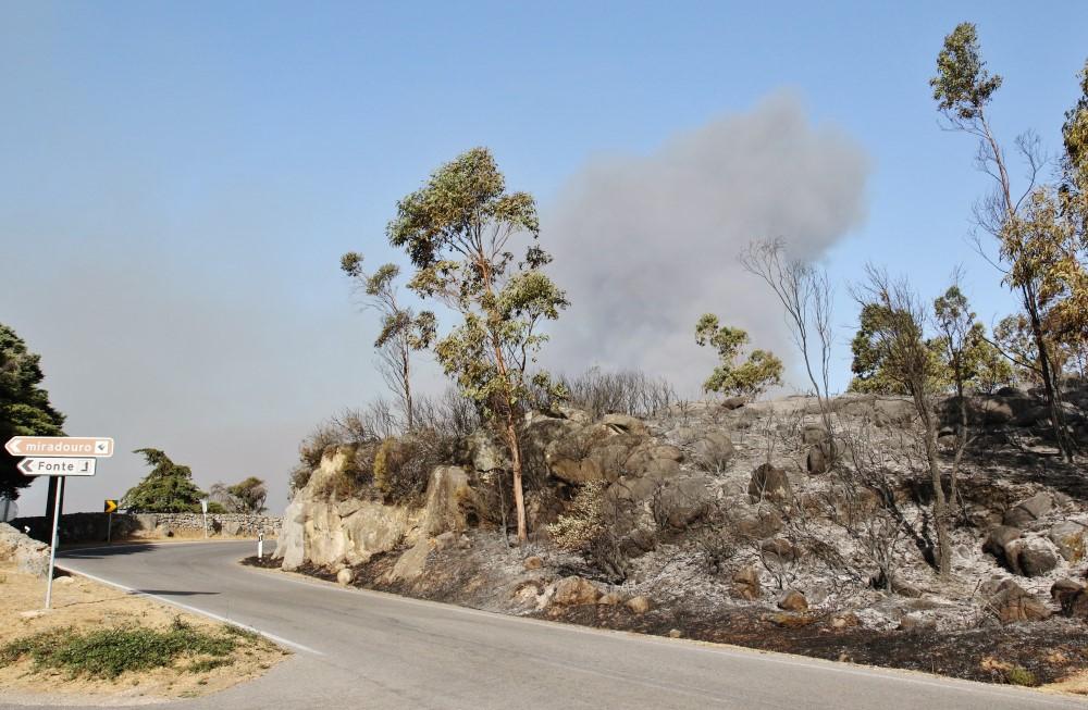 Terra queimada a caminho da Fóia