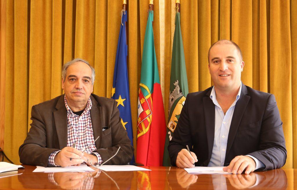 Tito Rosa, presidente da LPN, e Adelino Soares, presidente da Câmara de Vila do Bispo, na assinatura do protocolo