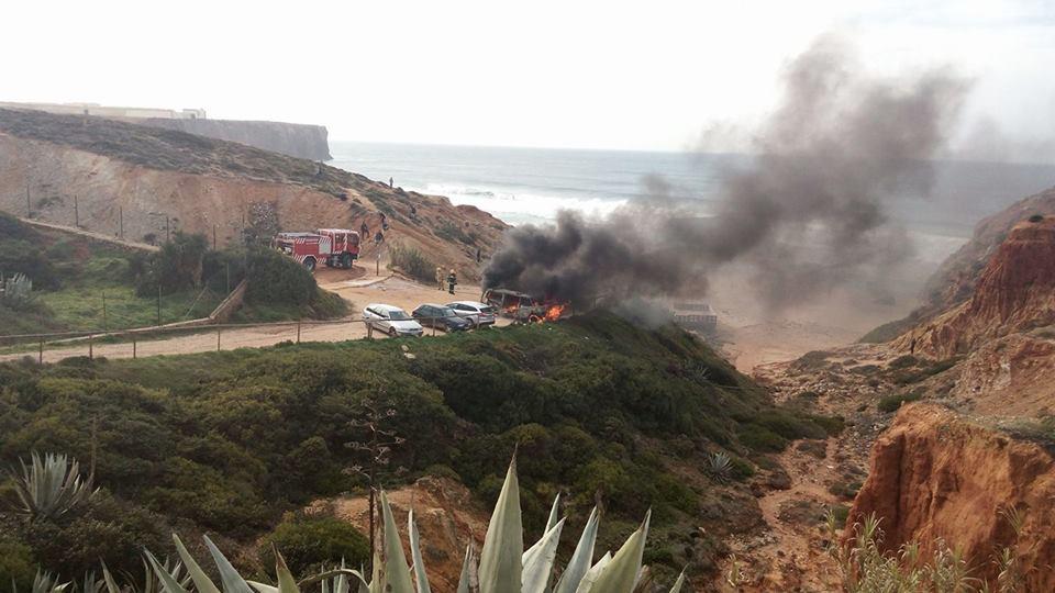 carro-a-arder-na-praia-do-tonel