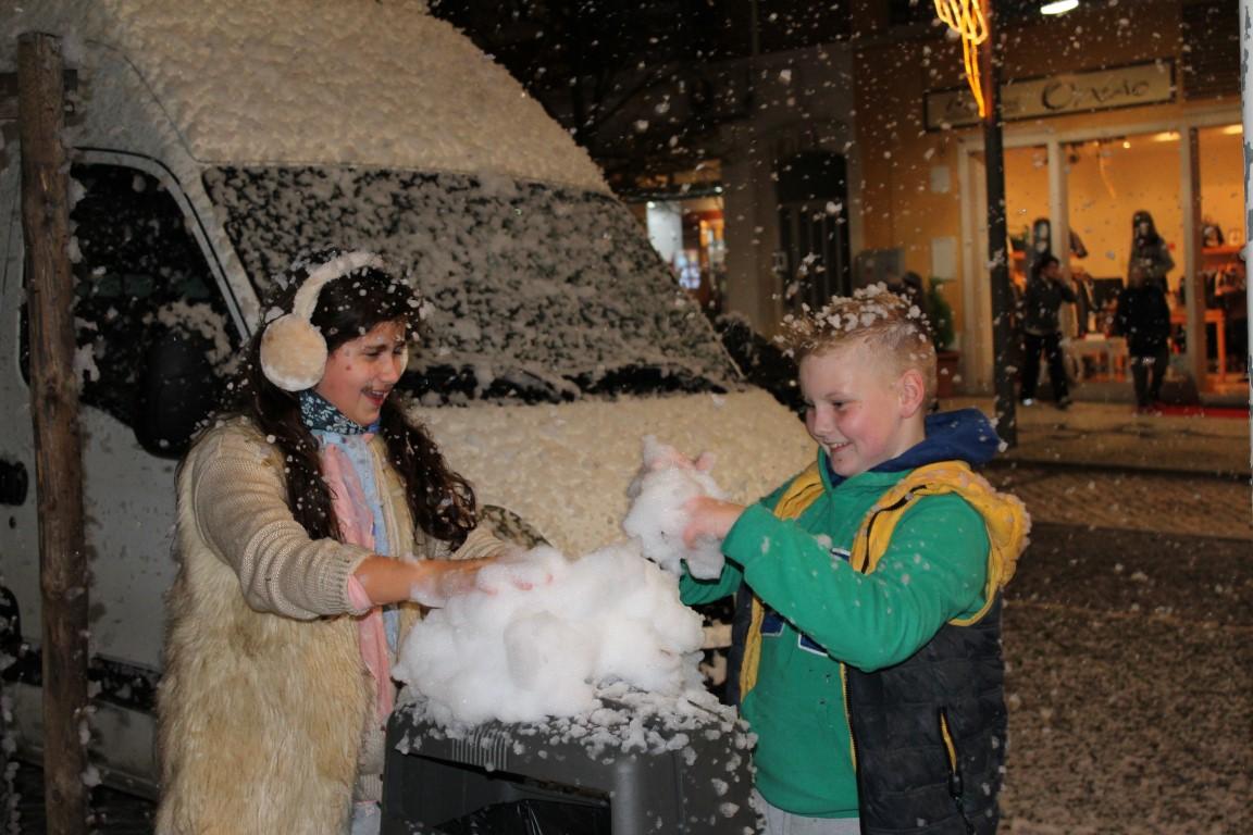 Crianças a divertirem-se com a neve