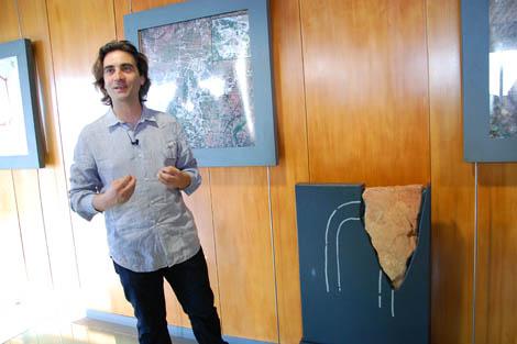 Pedro Barros junto ao fragmento da Estela do Viameiro, no Pólo Museológico de Salir