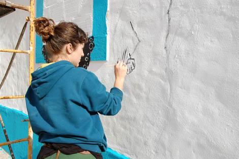 Maria João a trabalhar no mural