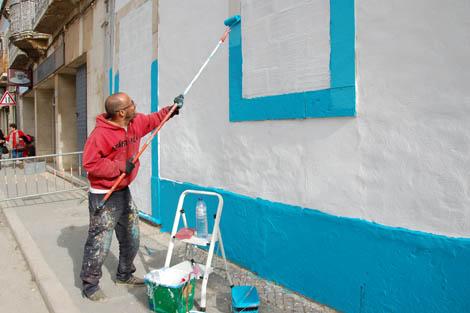Bamby a preparar a parede para o graffiti